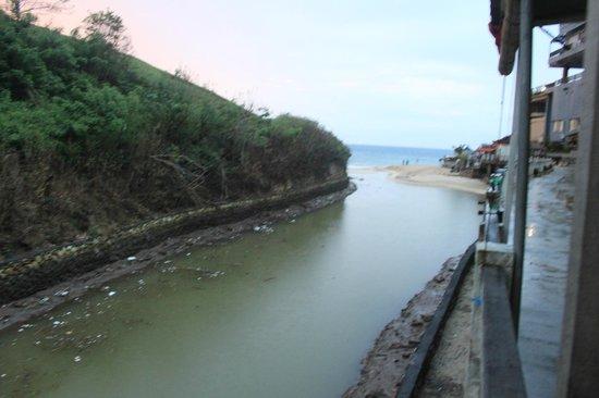 New Kuta Hotel:                   Помойка вытекает в море