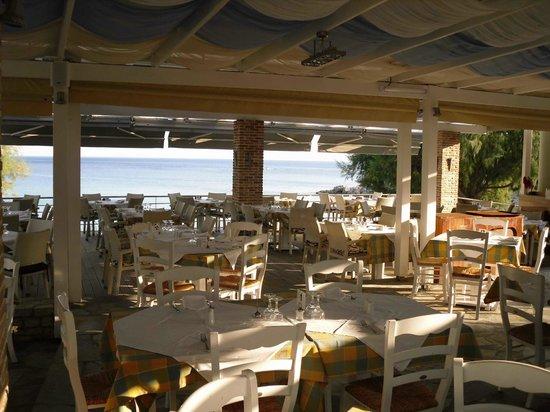 Glicorisa Beach Bar Restaurant: restaurant by the beach