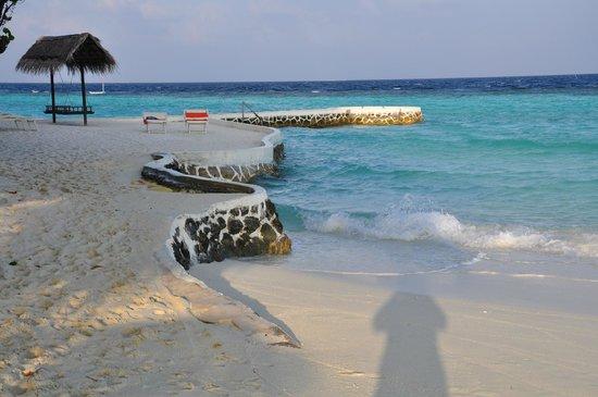 VOI Maayafushi Resort:                   parte dei muretti antierosione che circondano l'isola