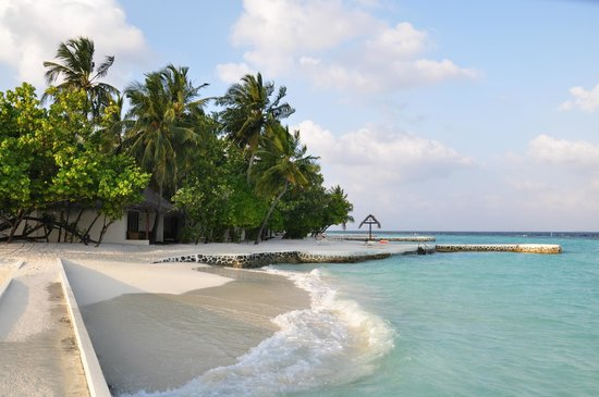 VOI Maayafushi Resort:                   davanti alle stanze 25/28 con scaletta per entrare in acqua
