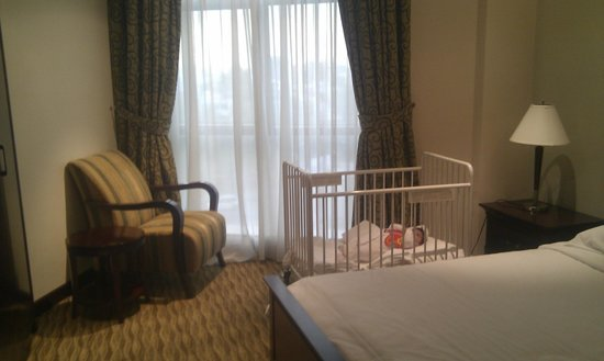 Gulf Hotel Bahrain: Bedroom with baby cot