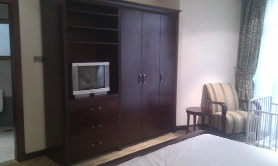 Gulf Hotel Bahrain Convention and Spa: TV in the Bed Room