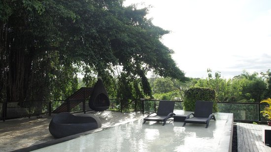 Kupu Kupu Jimbaran & Bamboo Spa by L'Occitane:                   Poolbereich mit Hängekorb und Liegen