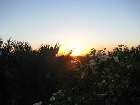 The Grand Makadi Hotel:                   Восход солнца с балкона