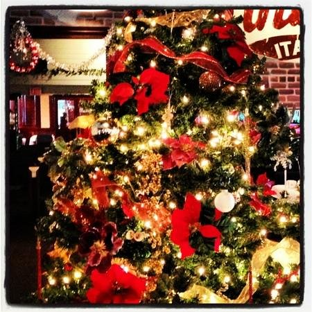 Finbars Italian Kitchen: Christmas at Finbars! New York in Seal Beach!!