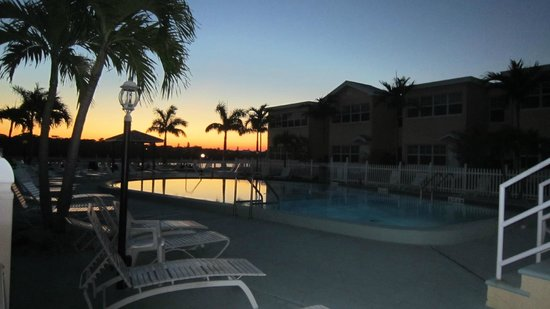 Barefoot Beach Resort: POOL GETS SUN ALL DAY