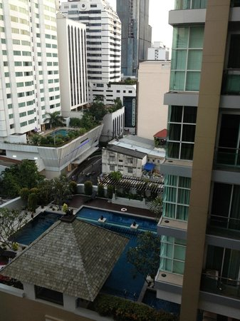 ‪‪Aloft Bangkok - Sukhumvit 11‬: view from pool to neighbour building‬