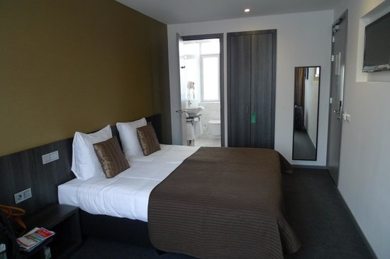 Parkview Hotel:                   Spacious Room