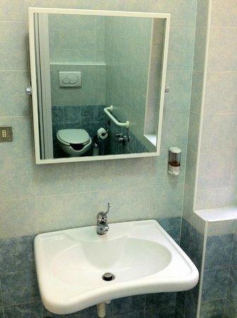 Albergo Garisenda: toilets