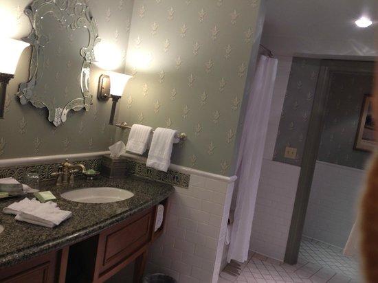 ويست بادين سبرينجز هوتل:                   Luxurious bathroom--picture doesn't do it justice                 