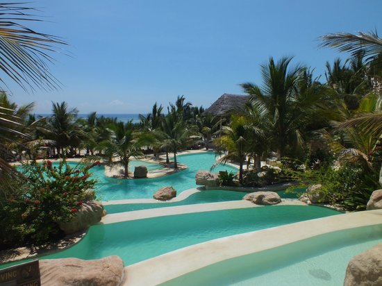 Swahili Beach Resort:                   Des piscines en cascade jusqu'à la mer