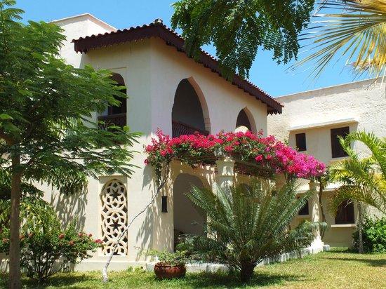 Swahili Beach Resort:                   De petites maisons entourées d'arbres et de fleurs