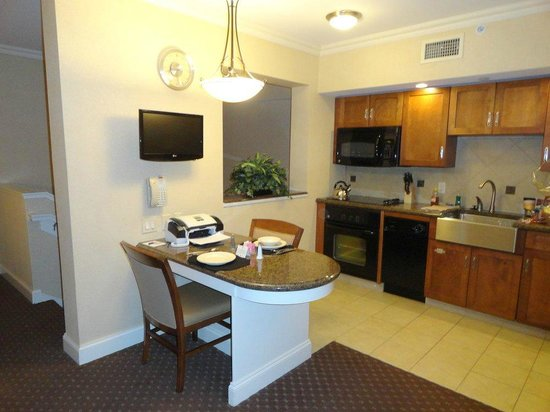 BEST WESTERN PREMIER Eden Resort & Suites: Kitchen