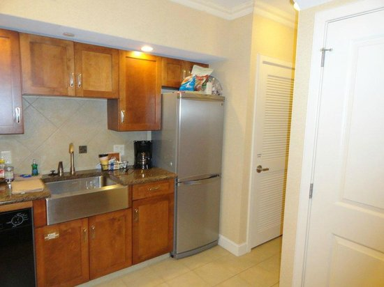 Eden Resort & Suites, BW Premier Collection: Kitchen (washer & dryer are in the little closet by the fridge)