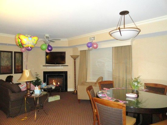 BEST WESTERN PREMIER Eden Resort & Suites: Living & dining room (sorry about the decorations!)