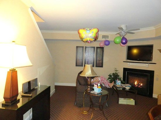 BEST WESTERN PREMIER Eden Resort & Suites: Living Room with fireplace