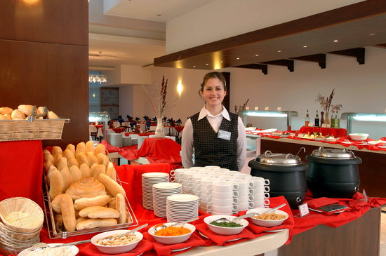 Hotel Montenegro Beach Resort: Buffet line in the main restaurant
