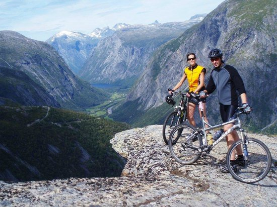 Møre og Romsdal, Norwegen:                   The Aursjo Road is perfect for biking!