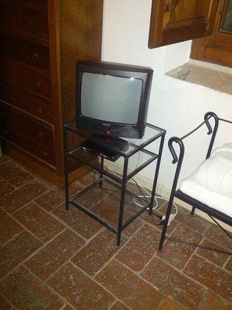 """Antico Casale di Montegualandro:                   il televisore in camera di una """"suite"""""""