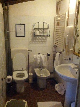 """Antico Casale di Montegualandro:                   il bagno di una """"suite"""""""