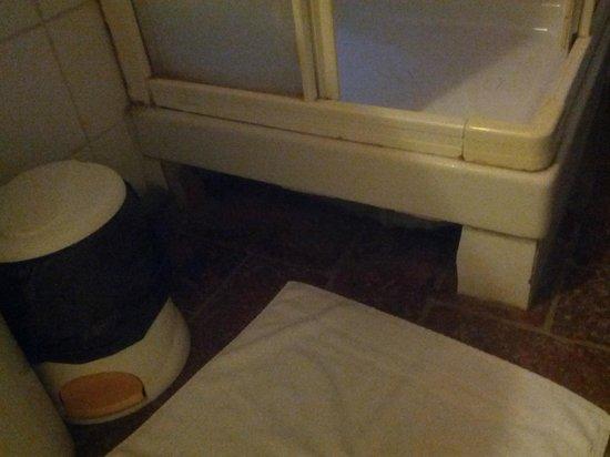 Antico Casale di Montegualandro:                   sotto il piatto doccia mattonelle rotte