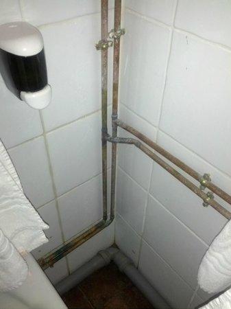 Antico Casale di Montegualandro:                   tubi in bagno incrostati