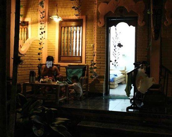 Teba House Ubud Guest House:                   部屋前のくつろぎスペース