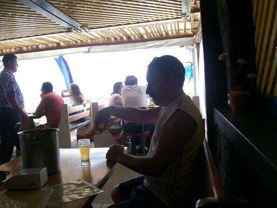 Costao do Santinho Resort Golf & Spa: en uno de los barcitos al lado de la playa