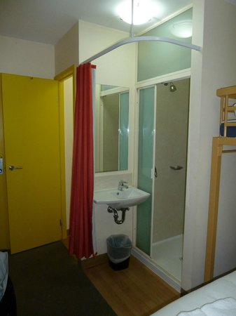 Ibis Budget Melbourne CBD: Shower