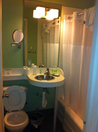 The Kent Hotel: bathroom of queen bed room