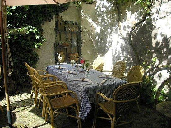 Gastenhuijs De Klok :                   Sfeervolle tafel in mooie tuin Gastenhuys de Klok
