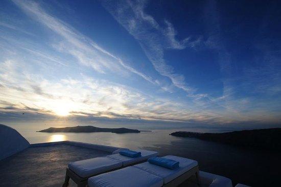 White Santorini Suites & SPA: Outside view