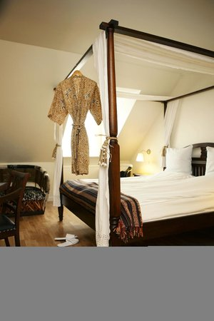 Carlton Guldsmeden - Guldsmeden Hotels: Four-poster bed and kimono