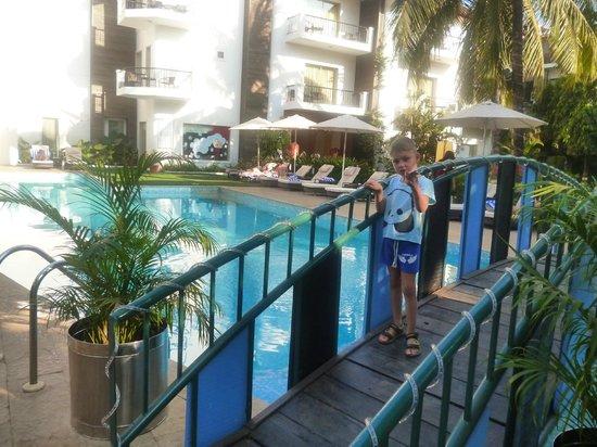 Kyriad Hotel Goa:                   мостик через бассейн
