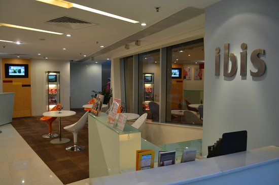 Ibis Hong Kong North Point: The reception area