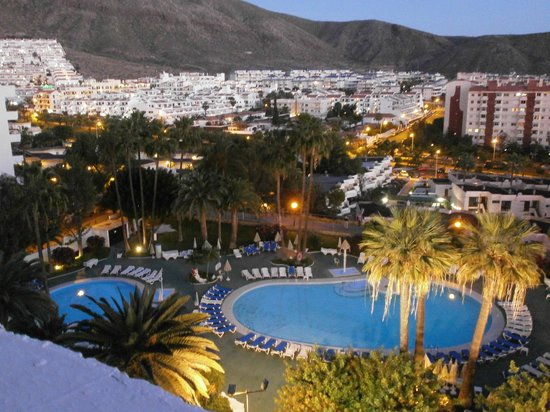 TRYP Tenerife:                   Pool view at night