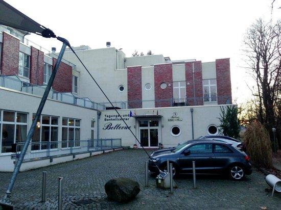 Inselhotel Potsdam: Blick auf einen Hotelteil mit Tiefgarage