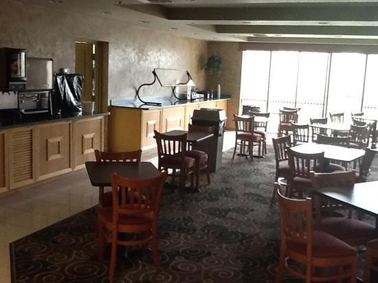 Days Inn & Suites Fort Myers near JetBlue Park: Breakfast Area