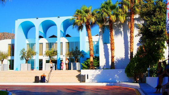 Royal Belvedere: Palmeneingang auf dem Hotelgelände
