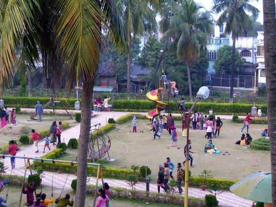 Tarakeswar, Indie:                   Side-by children park
