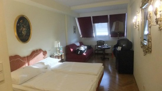 "Hotel Royal:                   Quarto com tv 14"" antiga"
