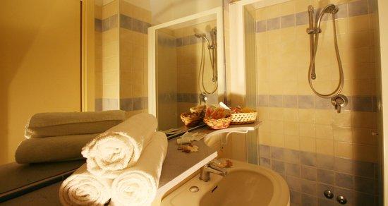 Hotel London: bagno camera superior vista mare
