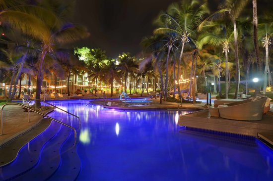 Hilton Ponce Golf & Casino Resort: Hotel Pool at night