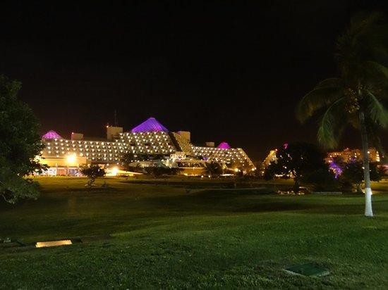 Paradisus Cancun: El hotel desde la Avenida