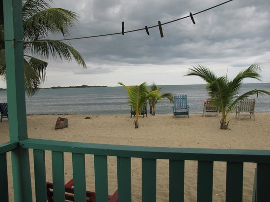 Tradewinds Hotel: Chairs to enjoy the beach