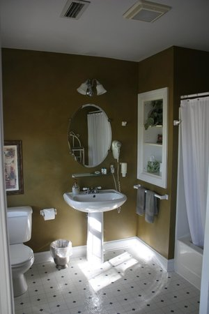 Fairway Oaks Bed & Breakfast: our bathroom