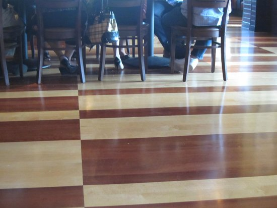 BJ's Restaurant & Brewhouse: Wooden Floor.