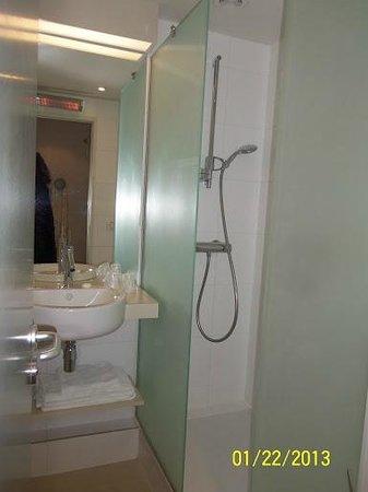 Kyriad Deauville - Saint Arnoult : roomy shower