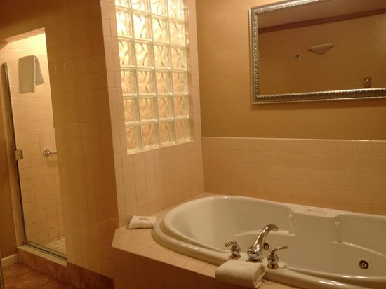 Travelodge Silver Bridge Inn:                                     Soaker/Jacuzzi & shower, Toilet & sink separate