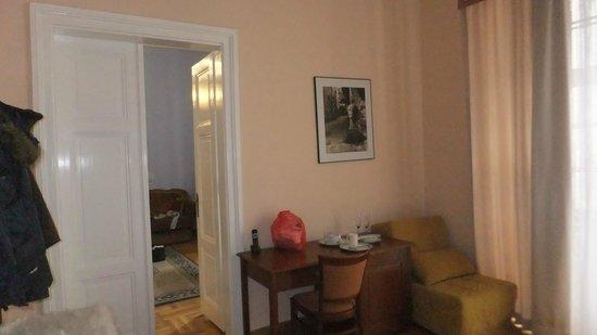 Royal Residence Ungelt:                   Mesa de telefone com entrada para o 2º quarto